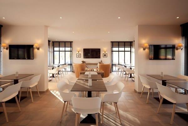 A marca italiana detém cadeiras modernas para sala de estar e jantar