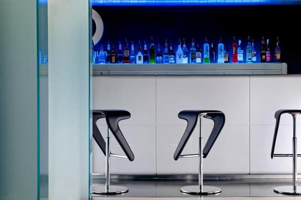 Bancos de bar de design disruptivo
