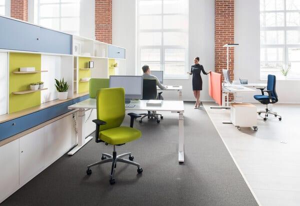 Open space com cadeiras de escritório Dauphin e colaboradores