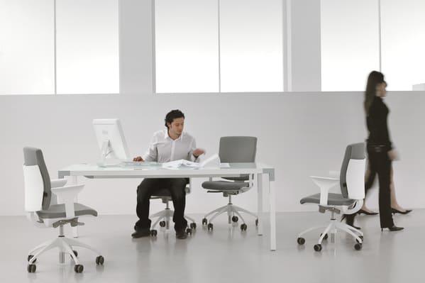 A Luxy dispõe um portfólio de  mobiliário e cadeiras de escritório