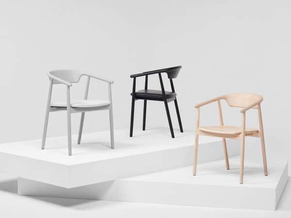 Cadeiras de madeira maciça Mattiazzi em exposição
