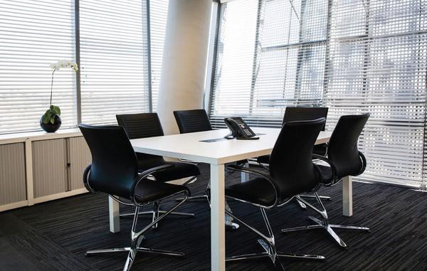 Sala de reunião com cadeiras Züco Riola
