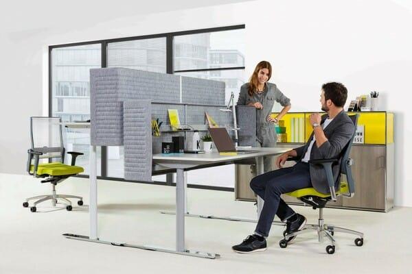 Dois colaboradores conversam no seu espaço de trabalho