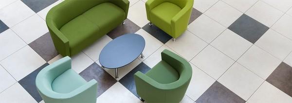 Mesas de apoio e centro em sala de espera