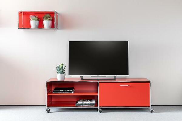 Os armários e estantes fazem parte da coleção de móveis de sala de estar da marca