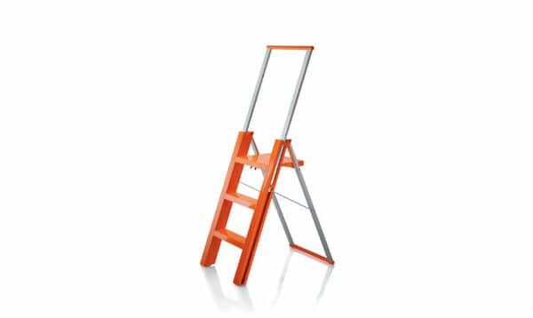 Escadote laranja de design Magis