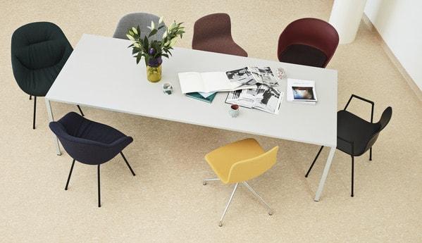 Mesa de reunião e cadeiras lounge da Hay