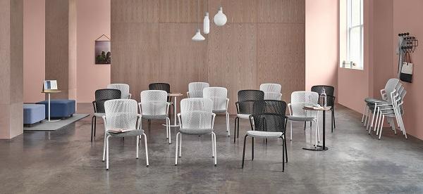 Cadeiras empilháveis Keyn, em sala de conferências