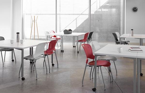 Cadeiras empilháveis caper em sala de convívio