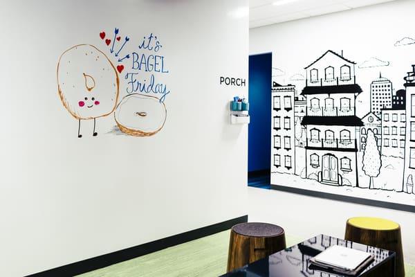 Parede pintada com as tintas da marca e ilustrada com os marcadores da mesma
