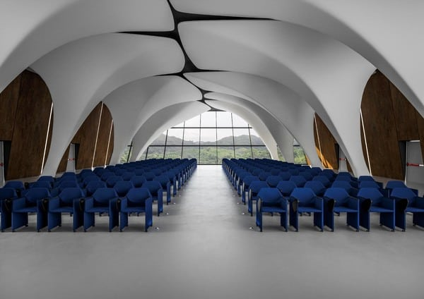 Auditório organizado com cadeiras dobráveis luxy