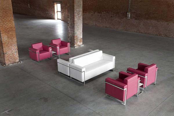 Cadeiras lounge Luxy num cenário industrial