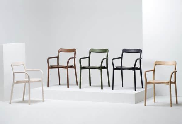 cadeiras de madeira co vários tons