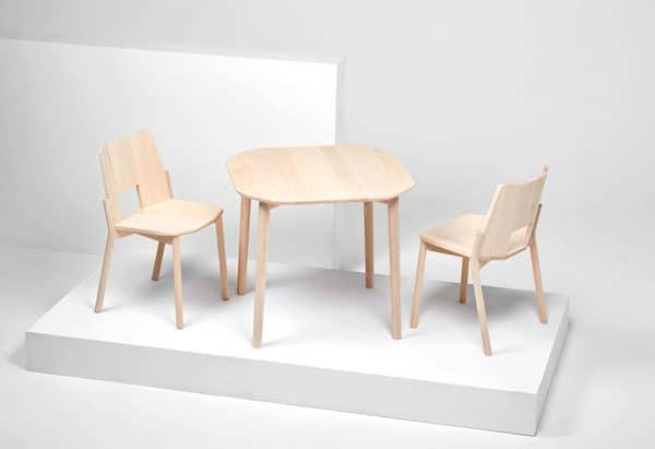 Mesa e duas cadeiras de madeira em tons claros