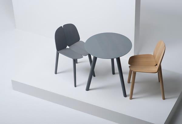 Mesas e cadeiras em madeira da marca Mattiazzi