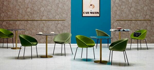 Mesas de restauração com respetivas cadeiras
