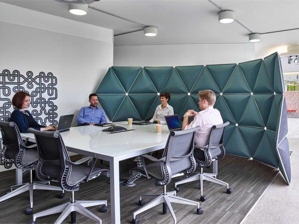 Espaço de reunião com mobiliário de escritório da marca norte-americana