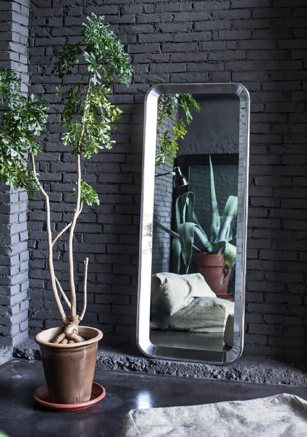 Diversos espelhos fazem parte dos objetos de decoração da marca italiana