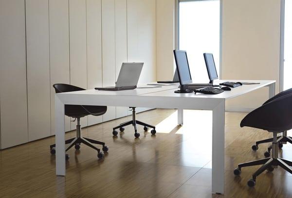 Mesas de escritório Pedrali com computadores