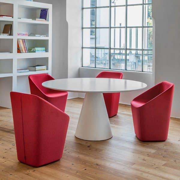 A Pedrali produz estas mesas de um pé para que possam servir em vários contextos