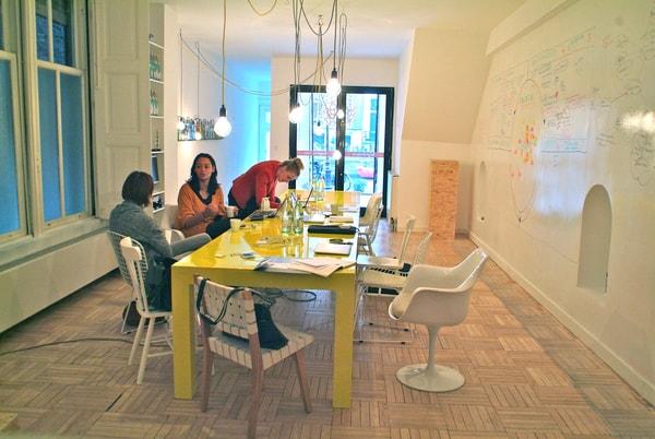 colaboradores em brainstorming