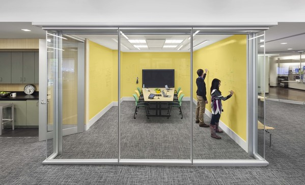 Sala de reuniões pintada com tintas decorativas transparentes