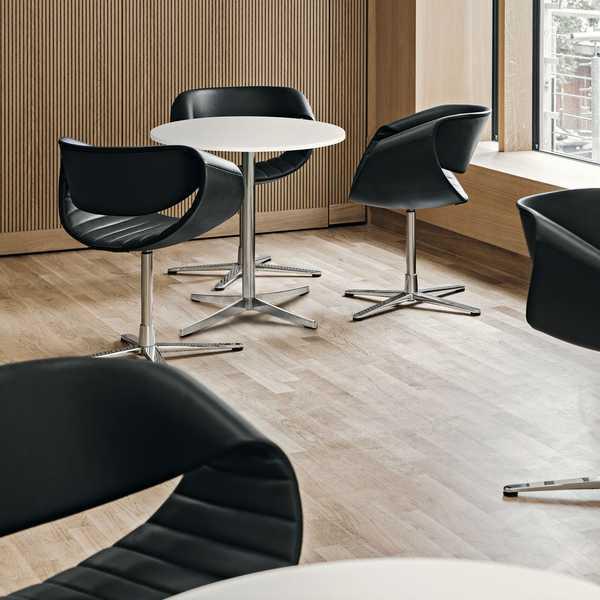 Espaço lounge com mesas de centro redondas