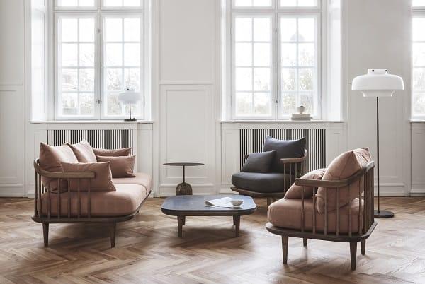 Candeeiros de pé e mobiliário de sala de estar