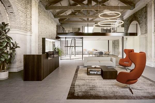 Sala lounge com mobiliário da marca italiana