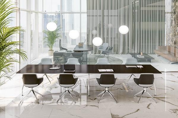 Cadeiras operativas Sinetica em mesa de reunião